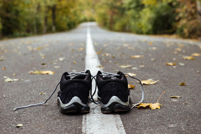 buty na drodze